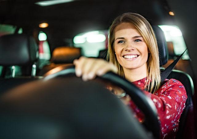 kobieta prowadząca auto