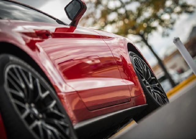 bok czerwonego samochodu